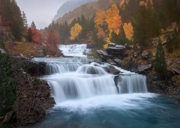 Belles chutes d'eau au parc national d'ordesa y monte perdido à huesca, espagne