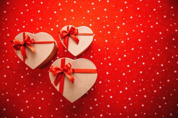 Belles coffrets cadeaux en forme de coeur. concept de la saint-valentin.