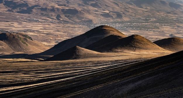 Belles collines du volcan erciyes en turquie avec vue d'en haut des paysages pittoresques de la montagne...