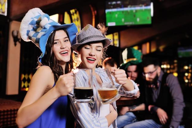 Belles copines en chapeaux bavarois