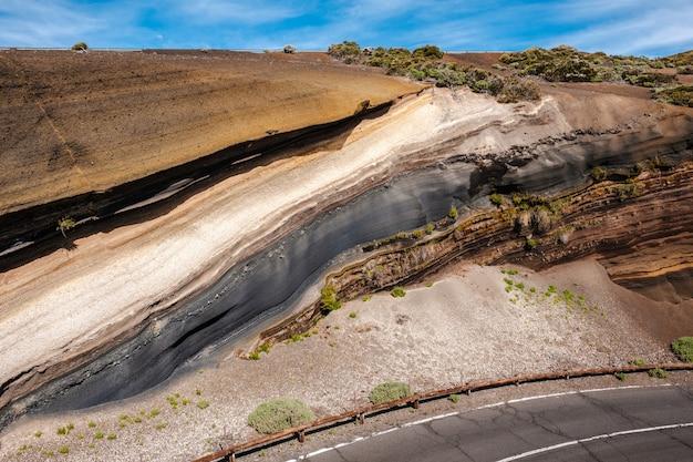 Belles couches de pierre de différentes couleurs et textures le long de la route