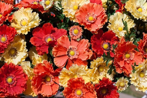 Belles couleurs de fleurs en plastique