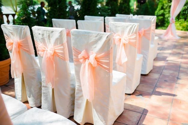 Belles décorations de mariage et arc de fleurs. mariage élégant.