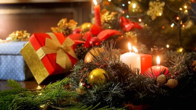 Belles décorations de noël sur table. arrière-plan parfait pour les vacances d'hiver