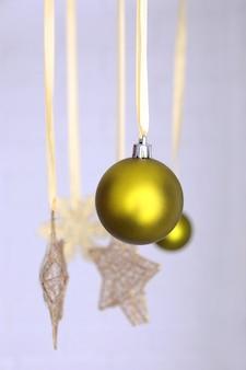 Belles décorations de noël vertes suspendues