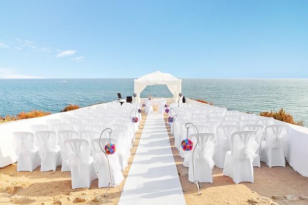 Belles décorations pour la cérémonie de mariage quand. au bord de la mer.