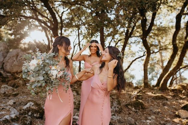 Belles demoiselles d'honneur dans de jolies robes à l'extérieur