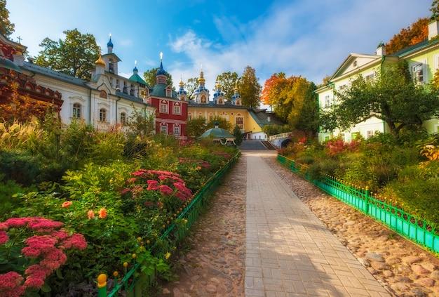 Belles églises du monastère de la dormition pskovo pechersky dans la ville de pechery, région de pskov, russie pendant l'automne doré