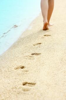 Belles empreintes de pas dans le sable au bord de la mer