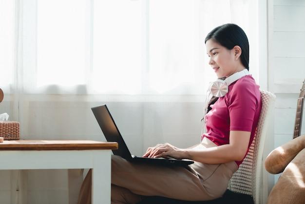 Belles étudiantes asiatiques portant des écouteurs pendant leurs études en ligne les enseignants et les étudiants utilisent des systèmes de vidéoconférence en ligne pour enseigner aux étudiants.