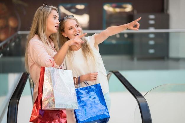Belles femmes adultes heureux shopping ensemble