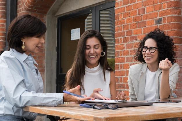 Belles femmes d'affaires modernes travaillant à l'extérieur