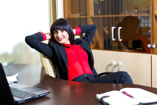 Belles femmes d'affaires se détendre à la table dans le bureau