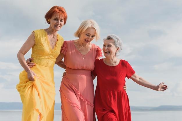 Belles femmes âgées ensemble