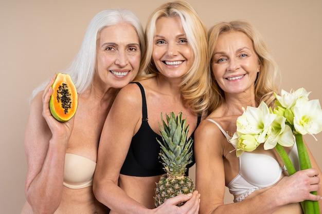 Belles femmes âgées avec un look jeune et propre, coup de beauté