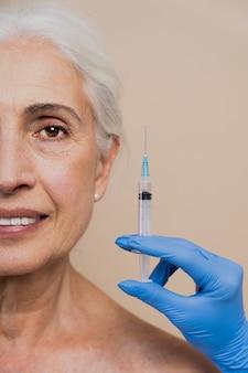 Belles femmes âgées subissant une chirurgie plastique