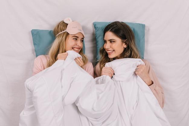 Belles femmes allongées sur des oreillers bleus