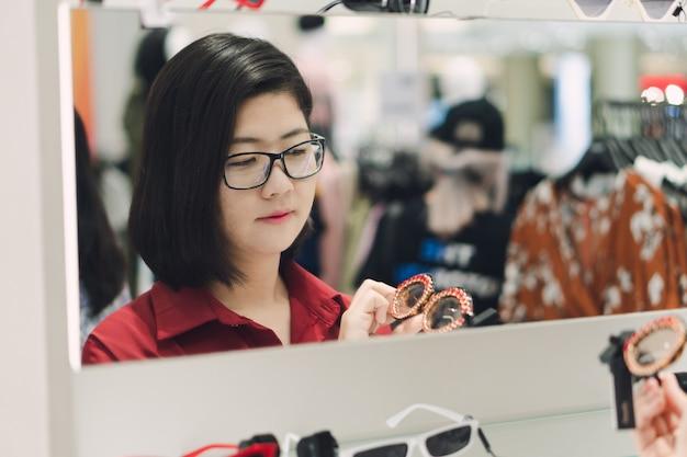 De belles femmes asiatiques choisissent des lunettes adaptées à la saison, en fonction du temps