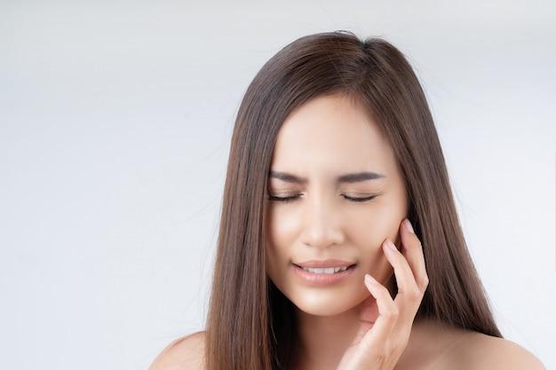 Belles femmes asiatiques ont mal aux dents