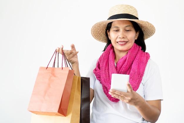 Belles femmes asiatiques portant des chapeaux de paille et un foulard rose heureux et souriant,