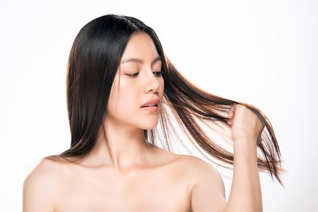 Belles femmes asiatiques se tenant les cheveux