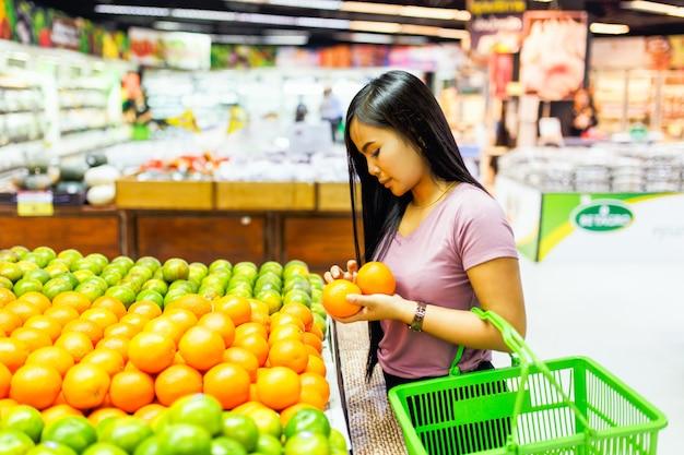 Belles femmes asiatiques shopping légumes et fruits