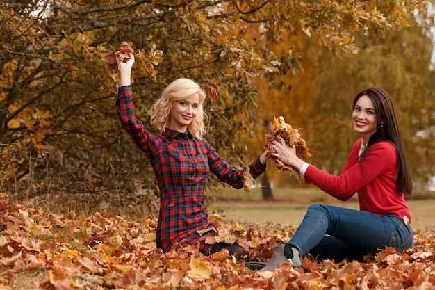 Belles femmes en automne parc