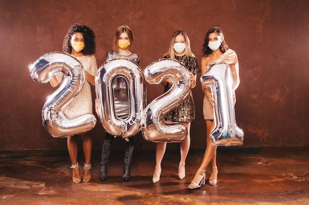 Belles femmes célébrant le nouvel an. heureuse femme magnifique dans un style élégant