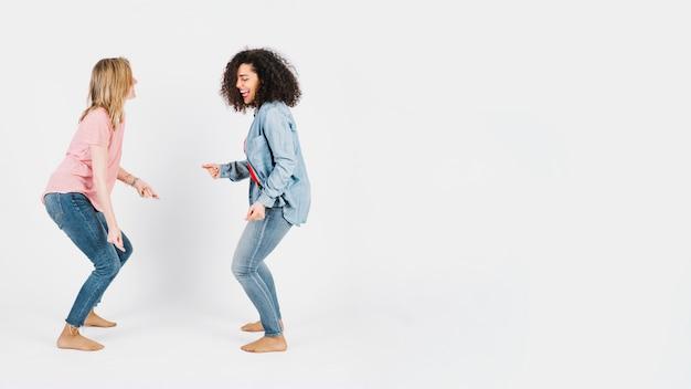 Belles femmes dansent ensemble