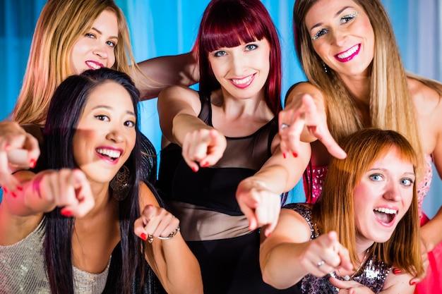 Belles femmes danser dans une discothèque ou un club