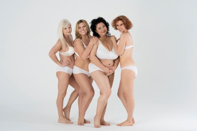 Belles femmes de différentes formes et de différents âges en lingerie