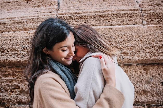 Belles femmes embrassant dans la rue