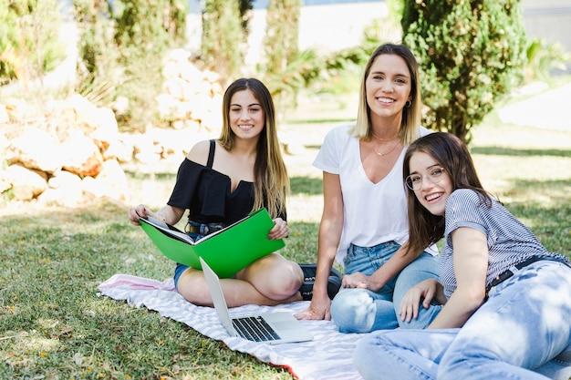 Belles femmes étudient dans le parc