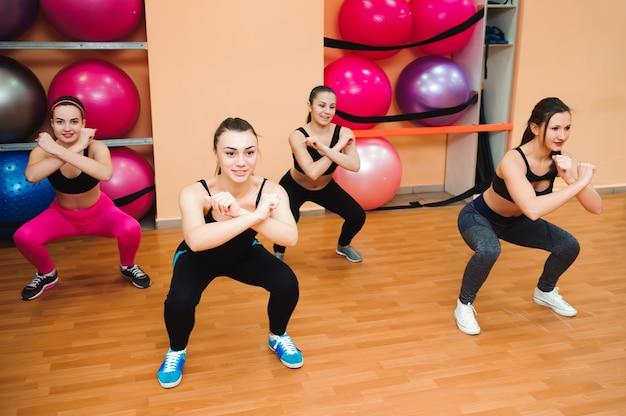 Belles femmes exerçant l'aérobic dans un club de remise en forme.