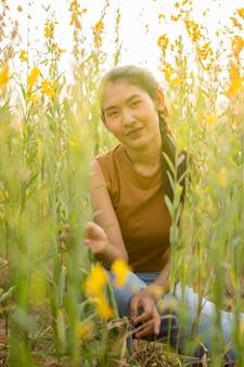 Belles femmes avec fleur crotalaria