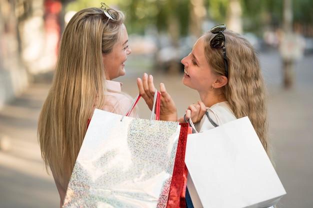 Belles femmes heureux de faire du shopping ensemble