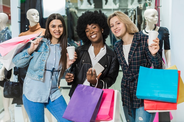 Belles femmes heureux shopping ensemble