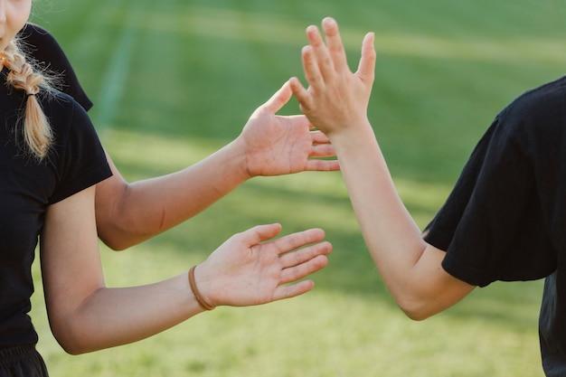 Belles femmes mains haut cinq