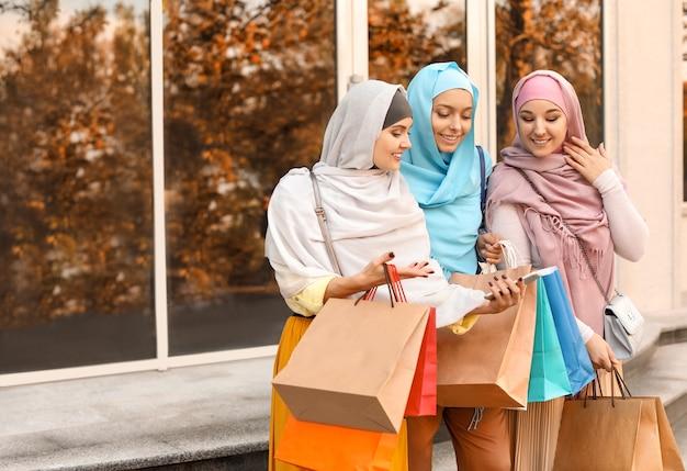 Belles femmes musulmanes après le shopping à l'extérieur
