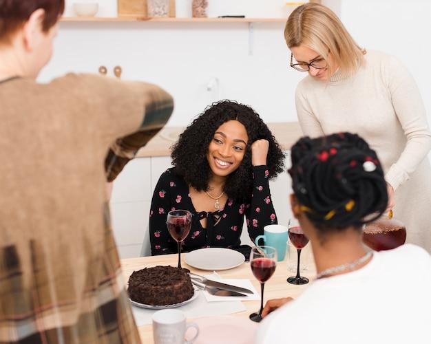 Belles femmes passent du temps ensemble à une table