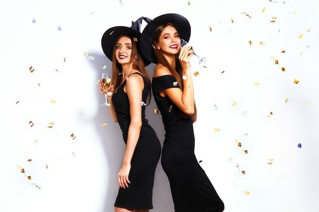Belles femmes portant un costume de sorcière pour la fête d'halloween