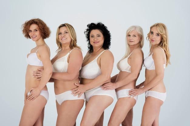 Belles femmes portant de la lingerie et se sentant à l'aise