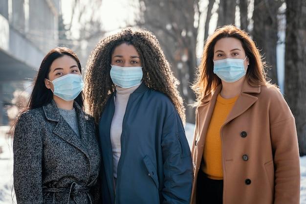 Belles femmes posant avec masque