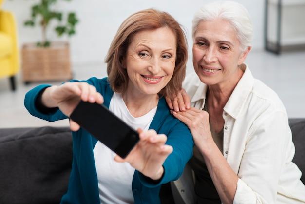 Belles femmes prenant un selfie ensemble