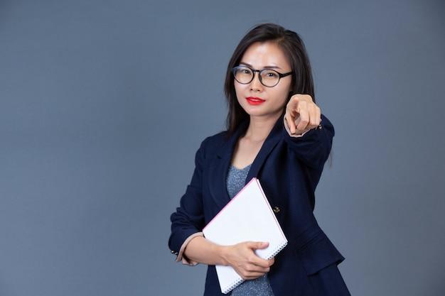 Les belles femmes qui travaillent montrent leurs émotions avec des expressions faciales et des gestes.