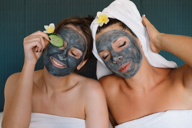 Belles femmes recevant des soins du visage