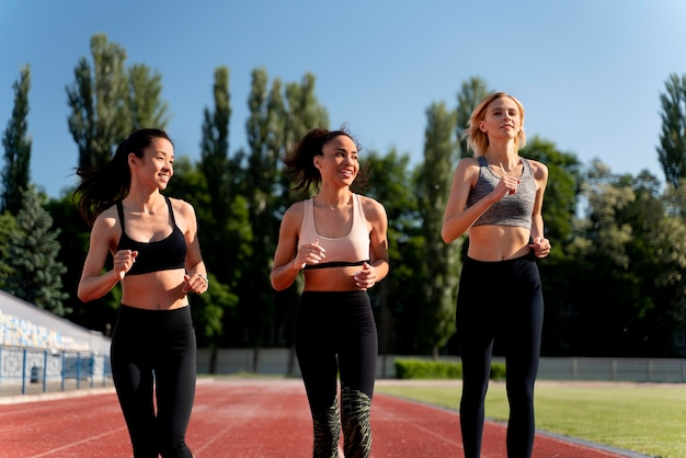 Belles femmes s'entraînant pour une compétition de course à pied