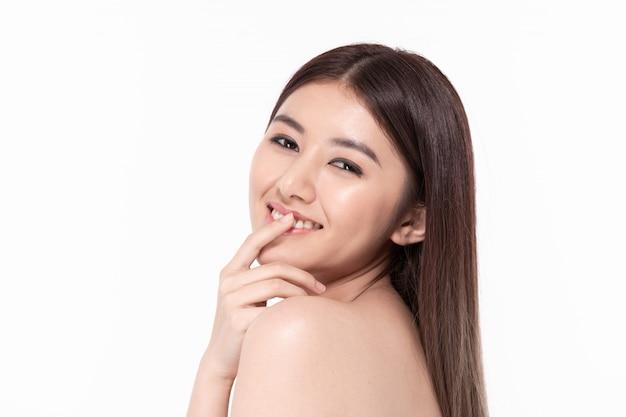 De belles femmes s'occupent de la santé de la peau