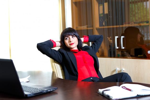 Belles femmes se détendre à la table dans le bureau