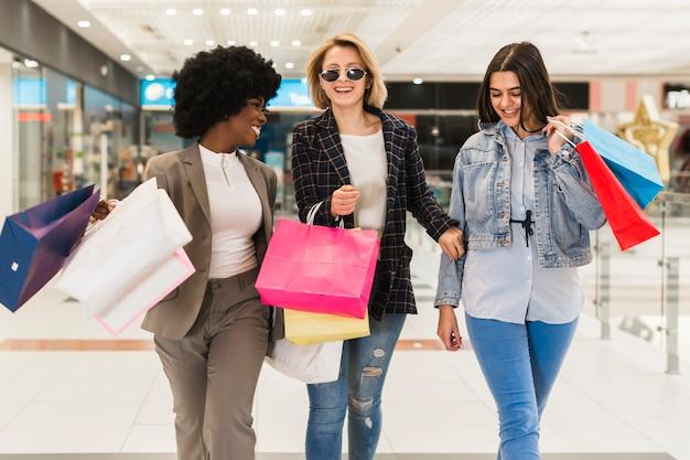 Belles femmes shopping ensemble